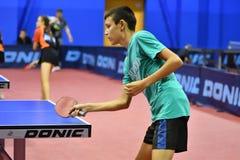 Orenbourg, Russie - 15 septembre 2017 année : Garçons jouant le ping-pong Photos stock