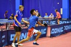 Orenbourg, Russie - 15 septembre 2017 année : Garçons jouant le ping-pong Photographie stock libre de droits