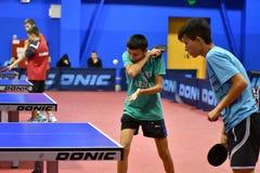 Orenbourg, Russie - 15 septembre 2017 année : Garçons jouant le ping-pong Image libre de droits