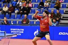 Orenbourg, Russie - 28 septembre 2017 années : le garçon concurrencent dans le ping-pong de jeu Photo stock