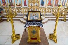Orenburg, Federation-2 russo Aprel 2019 icona di Jesus Christ il onnipotente su un supporto dorato accanto ai candelieri immagine stock libera da diritti