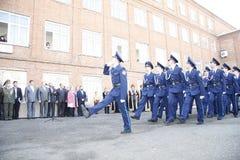 Orenburg Kadettmarsch 2010 Auf einem Hintergrund - Bashkirs in der nationalen Kleidung Stockbilder