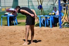 Orenburg, Rússia, ano dos 9-10 de junho de 2017: Meninos que jogam o voleibol de praia Imagem de Stock Royalty Free