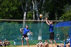 Orenburg, Rússia, ano dos 9-10 de junho de 2017: Meninos que jogam o voleibol de praia Imagens de Stock Royalty Free