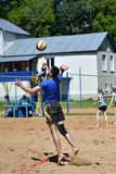 Orenburg, Rússia, ano dos 9-10 de junho de 2017: Meninos que jogam o voleibol de praia Imagens de Stock