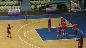 Orenburg, Rússia - ano dos 13-16 de junho de 2019: Os homens jogam o basquetebol filme