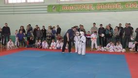 Orenburg, Rússia - 7 de abril de 2019 ano: Os meninos competem no karaté video estoque