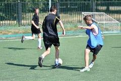 Orenburg, Rússia - 18 de agosto de 2017 ano: o futebol do jogo dos meninos Fotografia de Stock Royalty Free