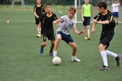 Orenburg, Rússia - 31 de julho de 2017 ano: o futebol do jogo dos meninos Imagens de Stock