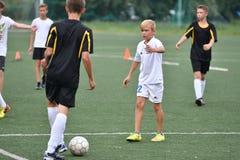 Orenburg, Rússia - 31 de julho de 2017 ano: o futebol do jogo dos meninos Imagem de Stock Royalty Free