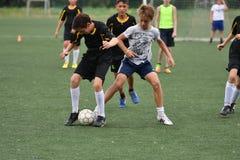 Orenburg, Rússia - 31 de julho de 2017 ano: o futebol do jogo dos meninos Fotos de Stock Royalty Free