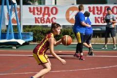 Orenburg, Rússia - 30 de julho de 2017 ano: Basquetebol da rua do jogo das meninas e dos meninos Foto de Stock Royalty Free