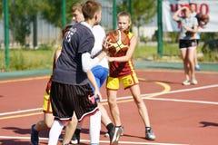 Orenburg, Rússia - 30 de julho de 2017 ano: Basquetebol da rua do jogo das meninas e dos meninos Foto de Stock