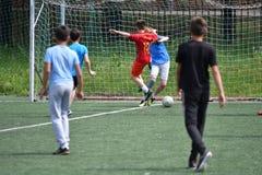 Orenburg, Rússia - 28 de junho de 2017 ano: o futebol do jogo dos meninos Fotografia de Stock Royalty Free