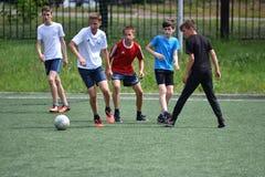 Orenburg, Rússia - 28 de junho de 2017 ano: o futebol do jogo dos meninos Fotos de Stock