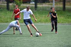 Orenburg, Rússia - 28 de junho de 2017 ano: o futebol do jogo dos meninos Fotos de Stock Royalty Free