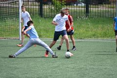 Orenburg, Rússia - 28 de junho de 2017 ano: o futebol do jogo dos meninos Imagem de Stock Royalty Free