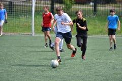 Orenburg, Rússia - 28 de junho de 2017 ano: o futebol do jogo dos meninos Foto de Stock Royalty Free