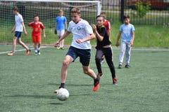 Orenburg, Rússia - 28 de junho de 2017 ano: o futebol do jogo dos meninos Fotografia de Stock