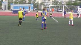 Orenburg, Rússia - 2 de junho de 2019 ano: Os meninos jogam o futebol filme