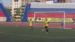 Orenburg, Rússia - 2 de junho de 2019 ano: Os meninos jogam o futebol vídeos de arquivo