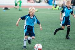 Orenburg, Rússia - 1º de junho de 2016: O futebol do jogo dos meninos Imagens de Stock Royalty Free