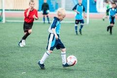 Orenburg, Rússia - 1º de junho de 2016: O futebol do jogo dos meninos Fotografia de Stock Royalty Free