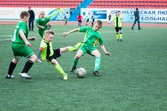 Orenburg, Rússia - 1º de junho de 2016: O futebol do jogo dos meninos Imagens de Stock