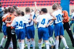 Orenburg, Rússia - 1º de junho de 2016: O futebol do jogo dos meninos Fotos de Stock
