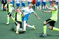 Orenburg, Rússia - 1º de junho de 2016: O futebol do jogo dos meninos Foto de Stock Royalty Free