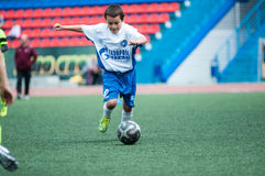 Orenburg, Rússia - 1º de junho de 2016: O futebol do jogo dos meninos Imagem de Stock Royalty Free