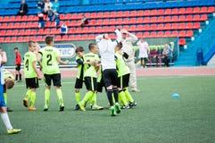 Orenburg, Rússia - 1º de junho de 2016: O futebol do jogo dos meninos Foto de Stock