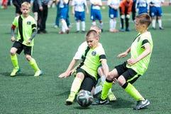 Orenburg, Rússia - 1º de junho de 2016: O futebol do jogo dos meninos Imagem de Stock