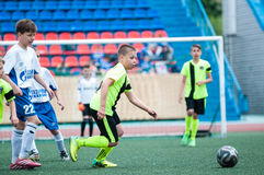 Orenburg, Rússia - 1º de junho de 2016: O futebol do jogo dos meninos Fotos de Stock Royalty Free