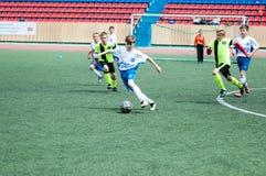 Orenburg, Rússia - 1º de junho de 2016: O futebol do jogo dos meninos Fotografia de Stock