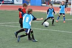 Orenburg, Rússia - 28 de maio de 2017 ano: O futebol do jogo dos meninos Imagem de Stock