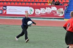 Orenburg, Rússia - 28 de maio de 2017 ano: O futebol do jogo dos meninos Imagens de Stock Royalty Free