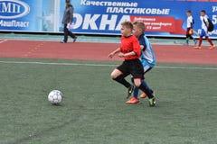 Orenburg, Rússia - 28 de maio de 2017 ano: O futebol do jogo dos meninos Imagens de Stock