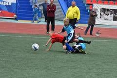Orenburg, Rússia - 28 de maio de 2017 ano: O futebol do jogo dos meninos Foto de Stock