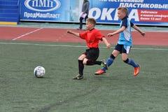 Orenburg, Rússia - 28 de maio de 2017 ano: O futebol do jogo dos meninos Fotografia de Stock