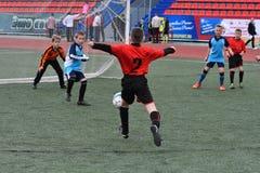 Orenburg, Rússia - 28 de maio de 2017 ano: O futebol do jogo dos meninos Foto de Stock Royalty Free