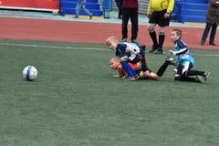 Orenburg, Rússia - 28 de maio de 2017 ano: O futebol do jogo dos meninos Fotos de Stock Royalty Free
