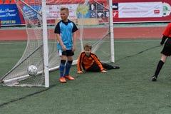 Orenburg, Rússia - 28 de maio de 2017 ano: O futebol do jogo dos meninos Imagem de Stock Royalty Free