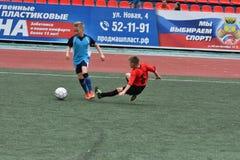 Orenburg, Rússia - 28 de maio de 2017 ano: O futebol do jogo dos meninos Fotos de Stock