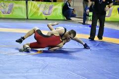 Orenburg, Rússia 16 de março de 16, 2017 anos: Os meninos competem na luta romana de estilo livre Fotos de Stock