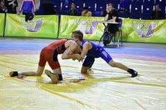 Orenburg, Rússia 16 de março de 16, 2017 anos: Os meninos competem na luta romana de estilo livre Fotografia de Stock
