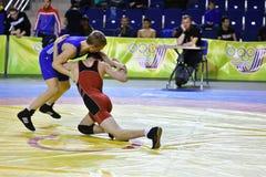 Orenburg, Rússia 16 de março de 16, 2017 anos: Os meninos competem na luta romana de estilo livre Imagens de Stock Royalty Free