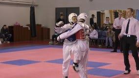 Orenburg, Rússia - 27 de março de 2016: Os meninos competem em taekwondo vídeos de arquivo