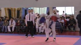 Orenburg, Rússia - 27 de março de 2016: Os meninos competem em taekwondo filme