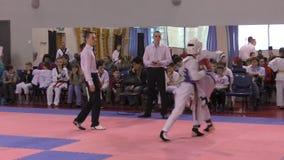 Orenburg, Rússia - 27 de março de 2016: Os meninos competem em taekwondo video estoque